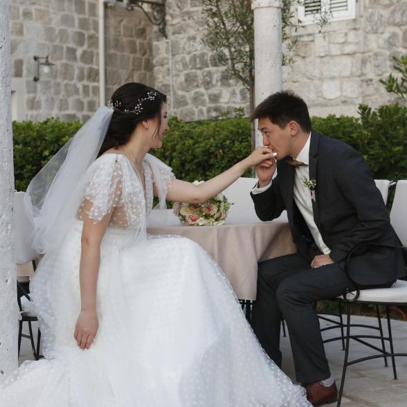 kissing-bride-at-leon
